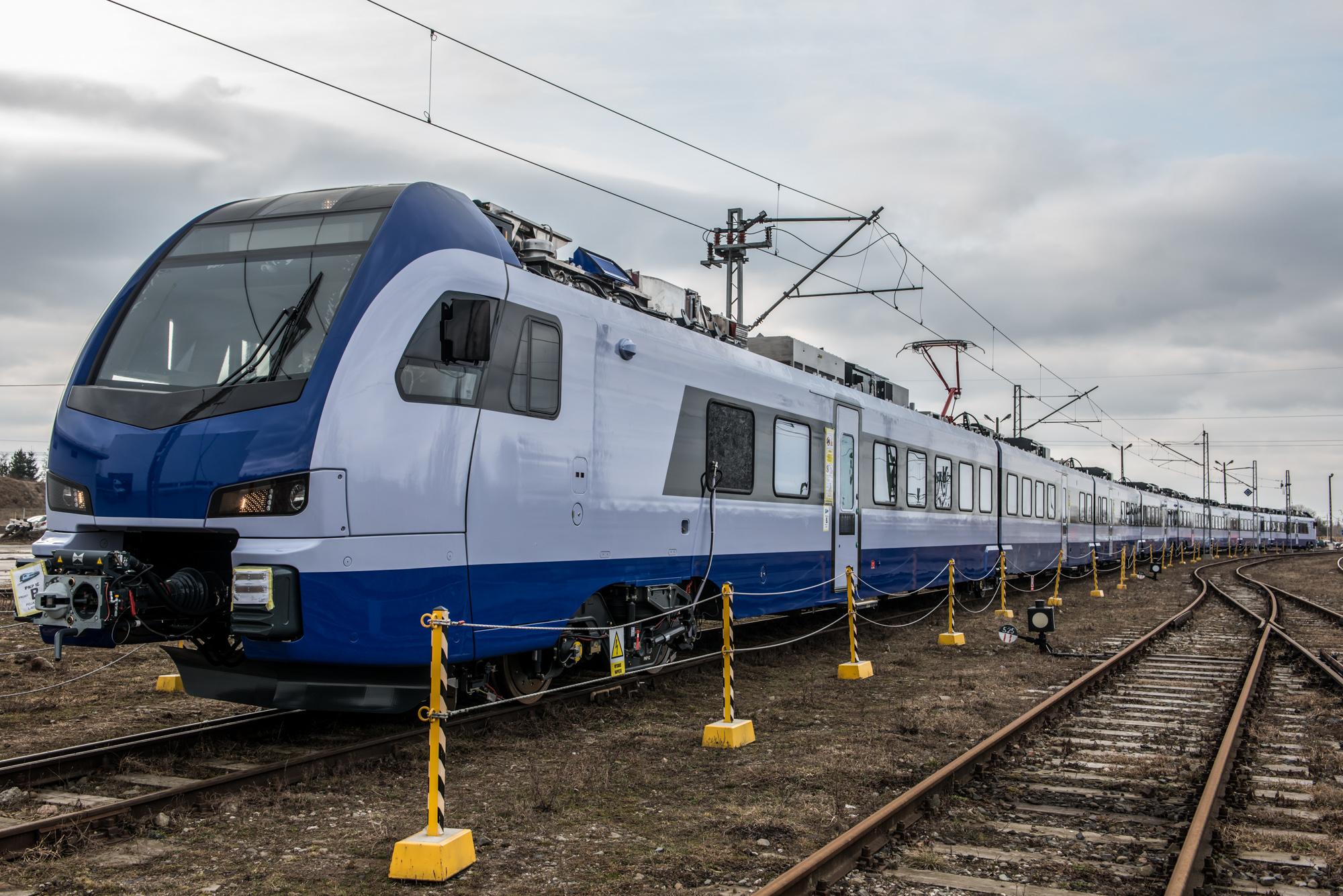 stadler flirt intercity 2012 máj 31 a csehországi velim vasúti tesztpályáján nyilvánosan is bemutatták a leo express első intercity járművét a cseh vasúti közlekedési piacra újonnan belépő magánüzemeltető még 2010-ben rendelt öt intercity kivitelű flirt-motorvonatot a svájci stadlertől az új szerelvények a prága és ostrava között állnak.